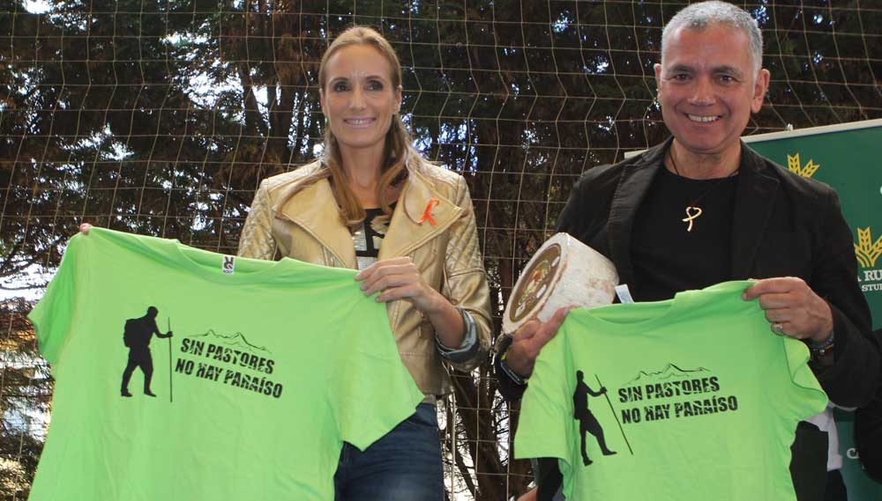 Sandra Ibarra y Juan Ramón Lucas con las camisetas propastores.