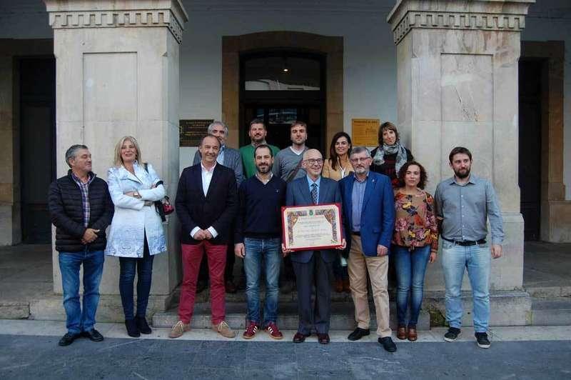 Etelvino Vázquez recogió el diploma de Hijo Predilecto de Siero