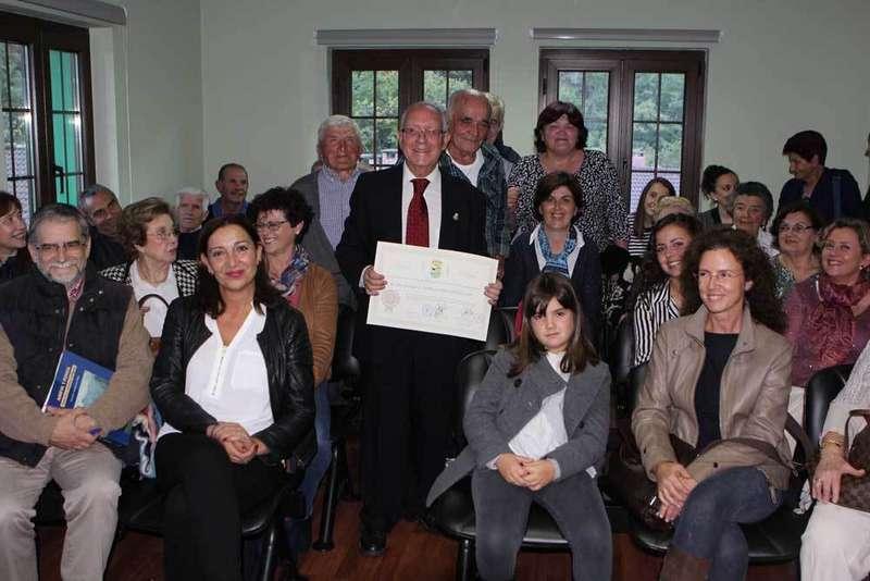 Paco Ballesteros, con el diploma entre los vecinos de Amieva.