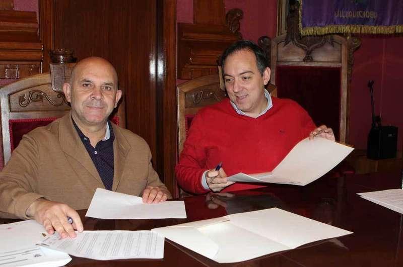Salvador Bermúdez y Alejandro Vega rubricaron el convenio.
