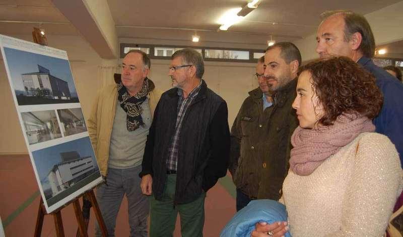 Alcalde, concejales y técnicos presentaron el proyecto.