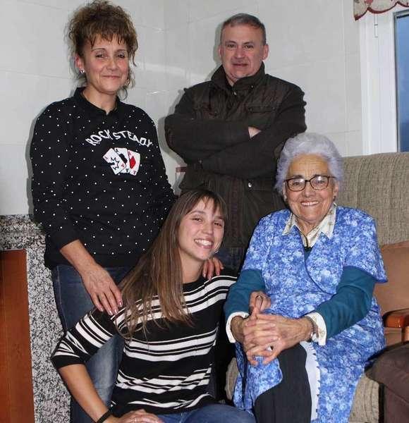 Anita con su hija, su nieta y el alcalde de Parres.