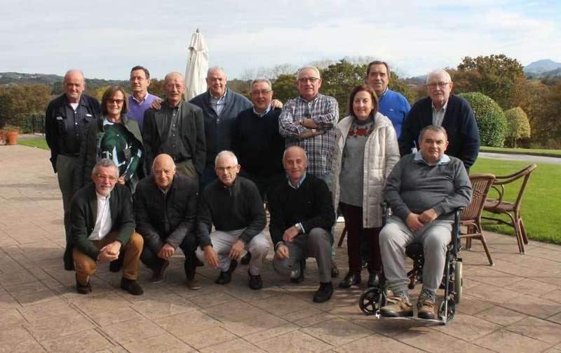 Foto de los antiguos bachilleres del Instituto de La Pola.