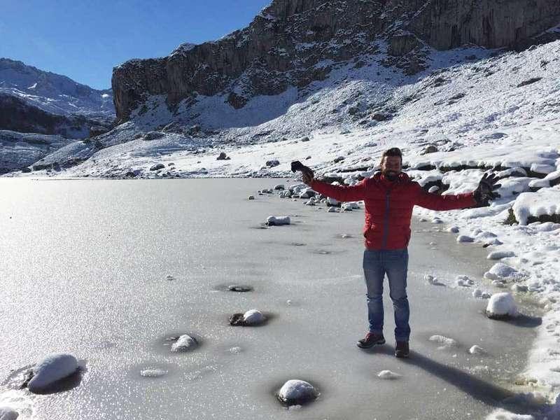 Las bajas temperaturas congelan el lago Ercina
