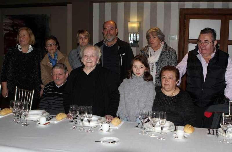 Guillermina, en el centro, con familiares y amigos.