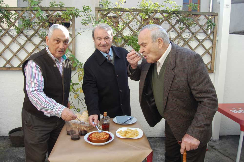Junquera, Villa y Chumi comiendo callos en Noreña.