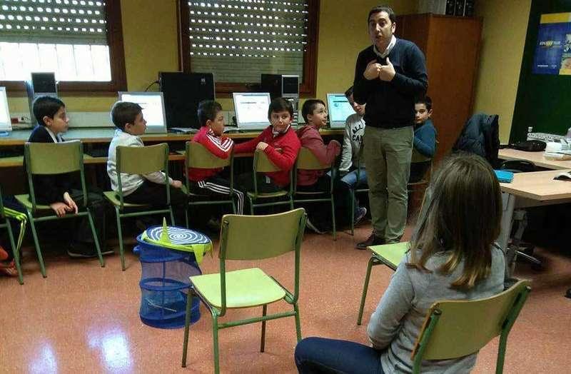 Gerardo Sanz hoy con escolares de Lugo de Llanera.