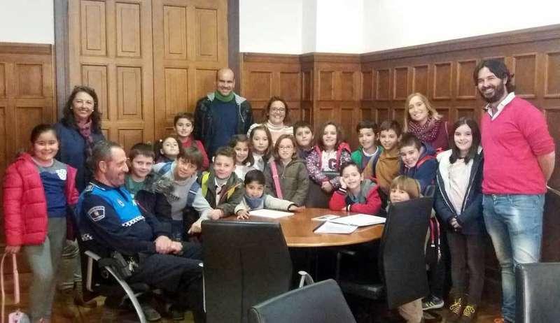 Visita de los alumnos de Nueva al Consistorio llanisco.