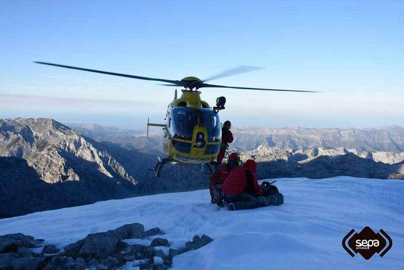 El helicóptero llega junto a la herida.