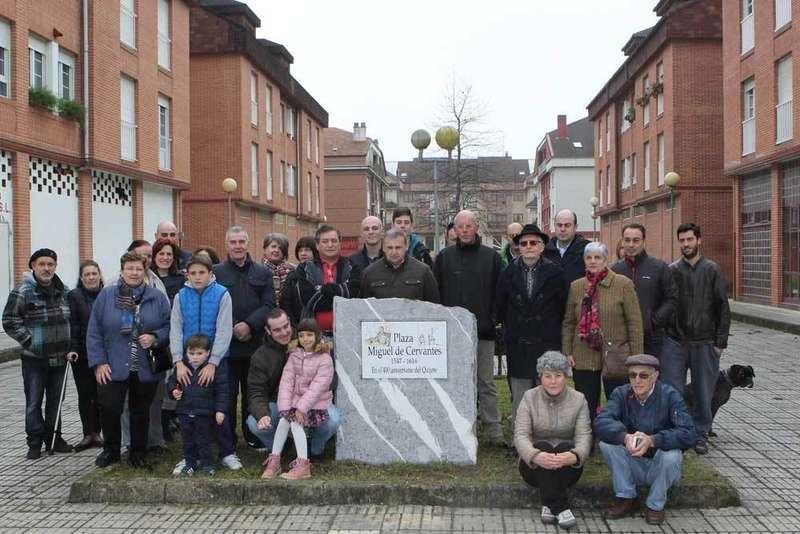 Foto de familia tras descubrir la placa de la plaza en Castañera.