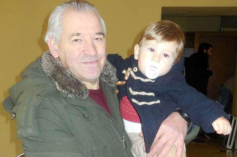 Tani F. Arduendo con su nieto Marco.