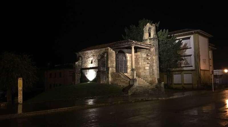 Nueva imagen nocturna de la capilla Santa Cruz.