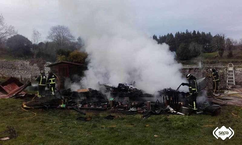 Bomberos cambiando el fuego de la casa.