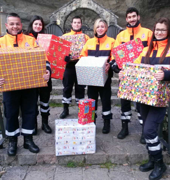 Voluntarios de Piloña listos para repartir los juguetes.