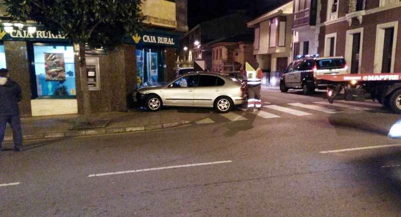 El Seat León que se estrelló contra la Caja Rural en Noreña.