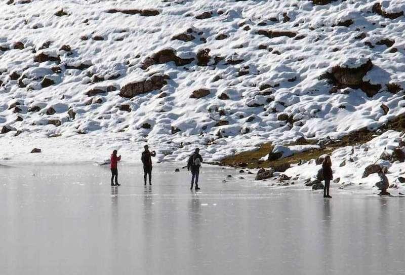 caminando por el lago ercina helado