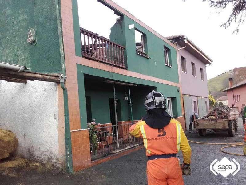 El fuego arrasa una vivienda en la localidad piloñesa de Caparea