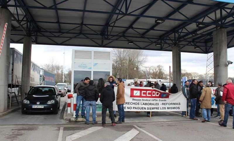 Los trabajadores bloquearon durante más de una hora los accesos la planta de Central Lechera Asturiana de Granda