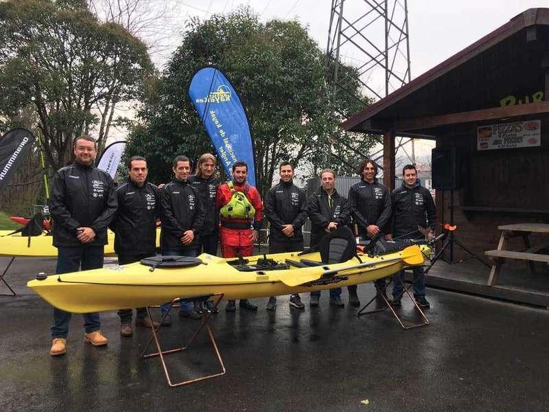 Jaire Aventura presentó el primer kayak con motor de la marca Asturkayak