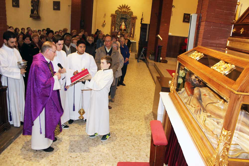 parroco-lugones-bendice-altar-cristo-yacente-cofradia-siero
