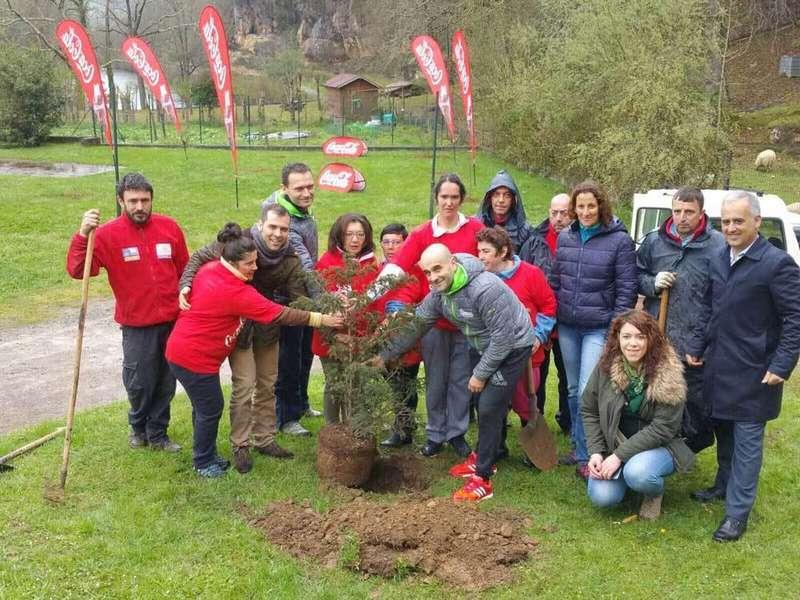 plantando-arboles-coca-cola-cangas-onis