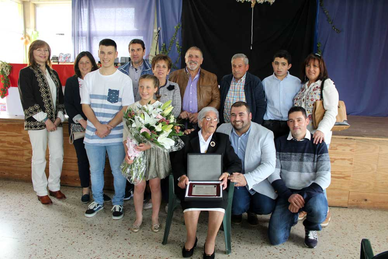 Homenaje en Sariego a la jubilada Julia Berros
