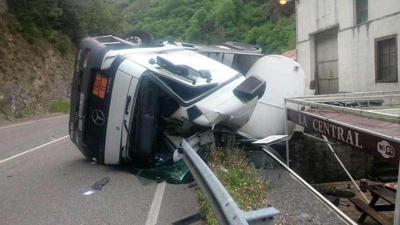 Vuelco de un camión que transporta gasolina y gasoil en Peñamellera Alta