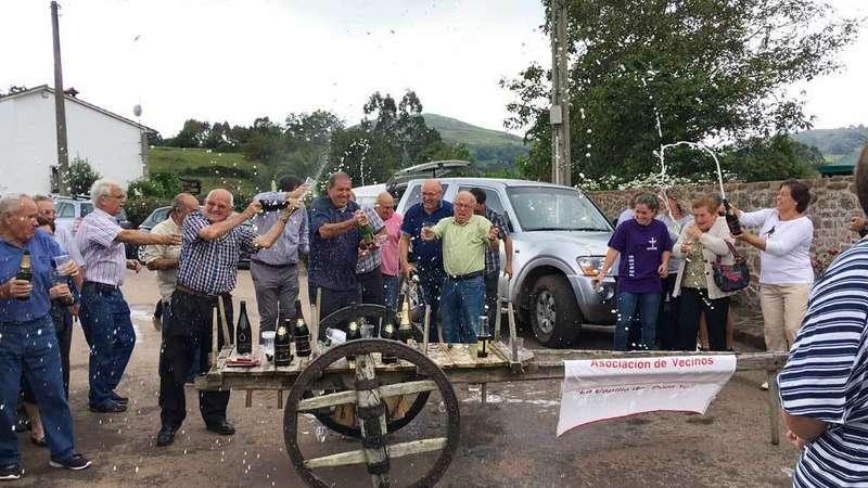 Poreñu brinda con sidra por la concesión del Premio Pueblo Ejemplar de Asturias