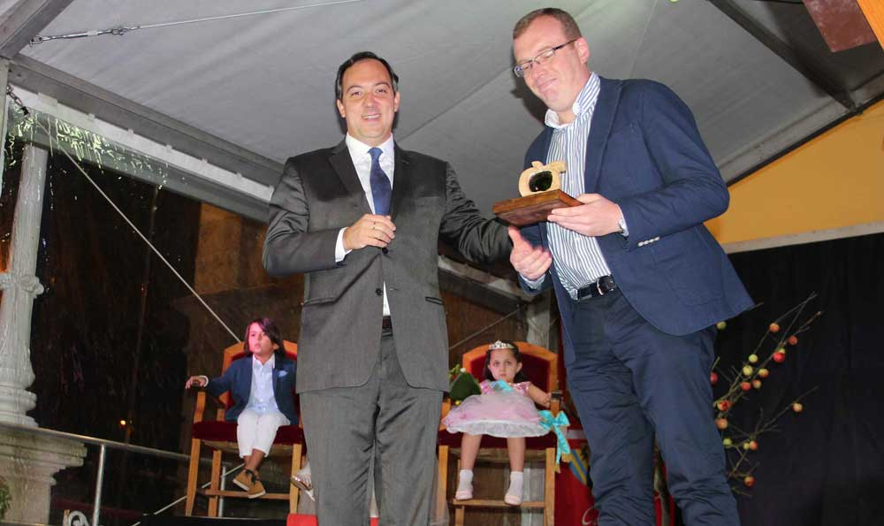 Tino Cortina pregonó las fiestas del Portal de Villaviciosa en una abarrotada Plaza del Ayuntamiento