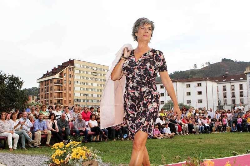 FOTOS y VÍDEO del desfile de moda contra el cáncer de Cangas de Onís
