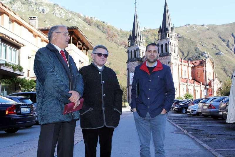El abad no ve con buenos ojos la posible implantación de la zona azul en Covadonga