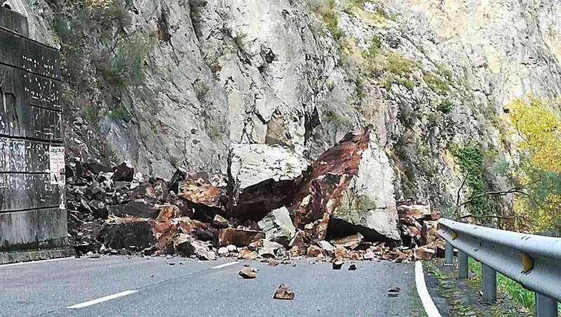 Un espectacular argayo corta el tráfico en la carretera de Ponga