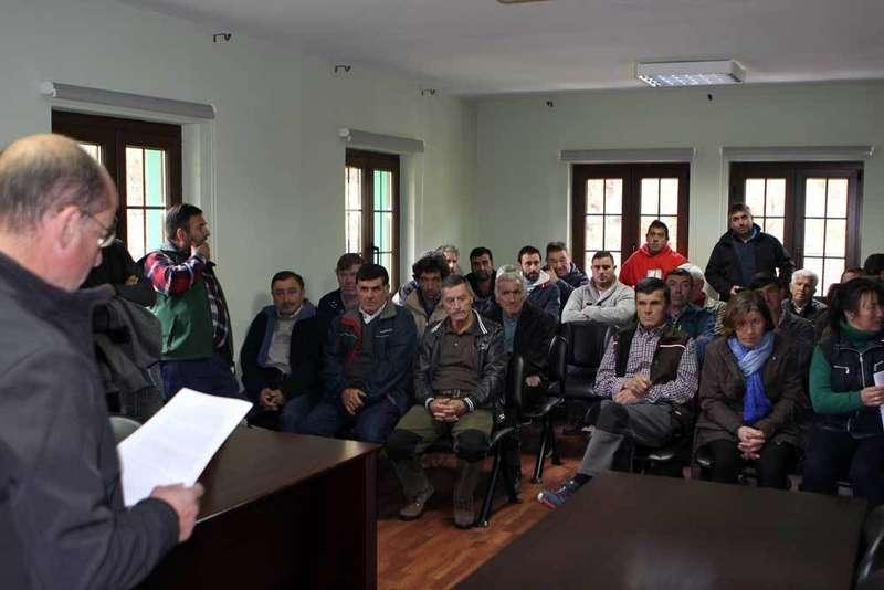 Encierro de los ganaderos de Amieva que piden soluciones contra el LOBO