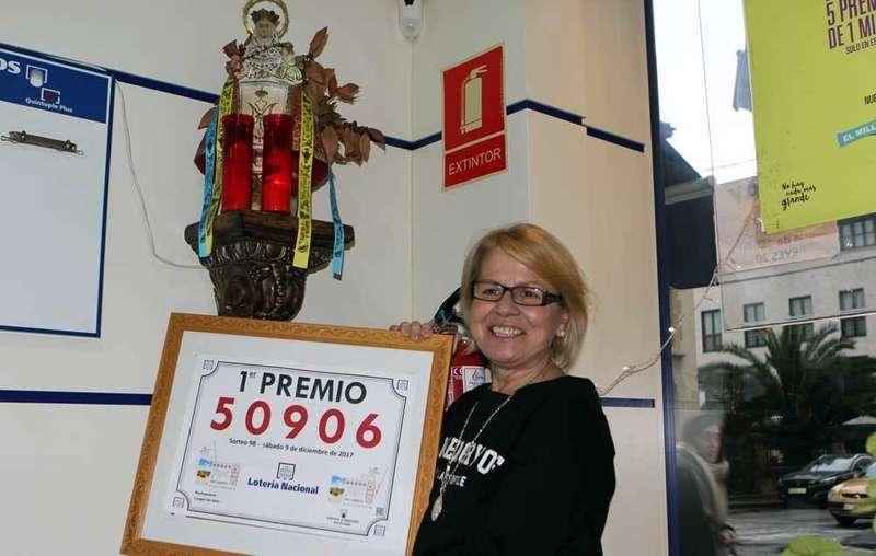 Largas colas en la Administración de Lotería de Cangas que repartió hoy 2 millones de euros
