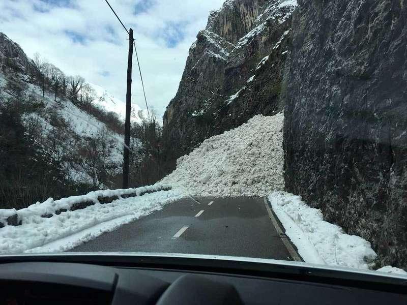 Un alud corta la carretera Nacional 625 en el Desfiladero de los Beyos