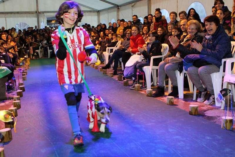 El capitán Titi Sparrow gana en el Carnaval de Mascotas de Cangas de Onís