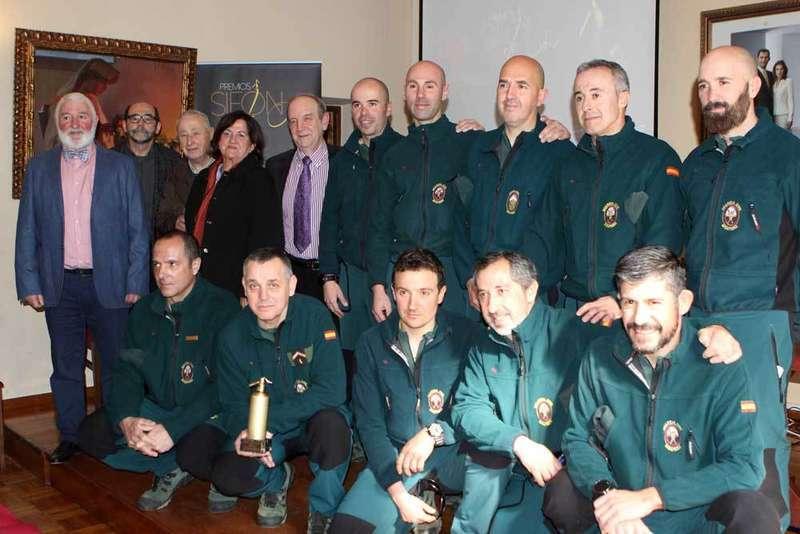 La Guardia Civil de Montaña recogió el Sifón de Oro en Cangas de Onís