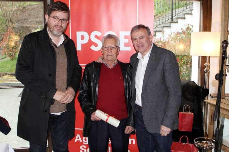 Homenaje del PSOE de Parres a dos militantes históricos