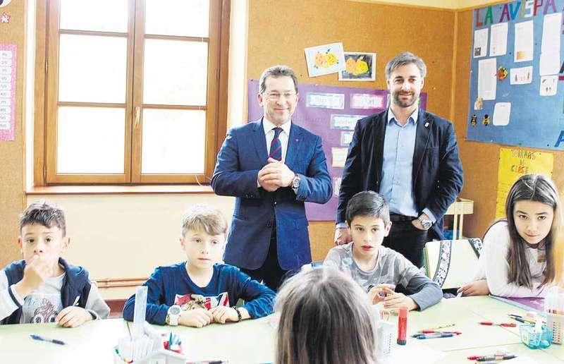 El consejero de Educación visitó el CRA la Coroña, donde está previsto que la Consejería invierta más de 400.000 euros