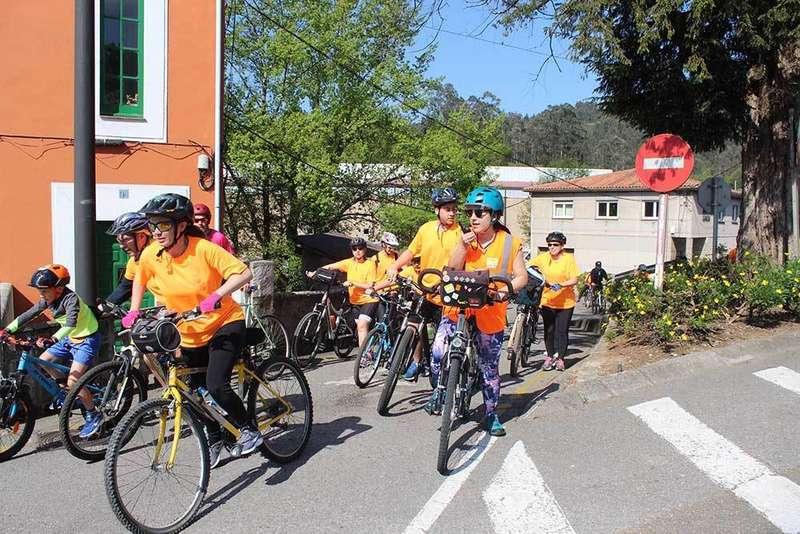 Pelotón naranja el día de la Fiesta de la Bicilceta en Llanera