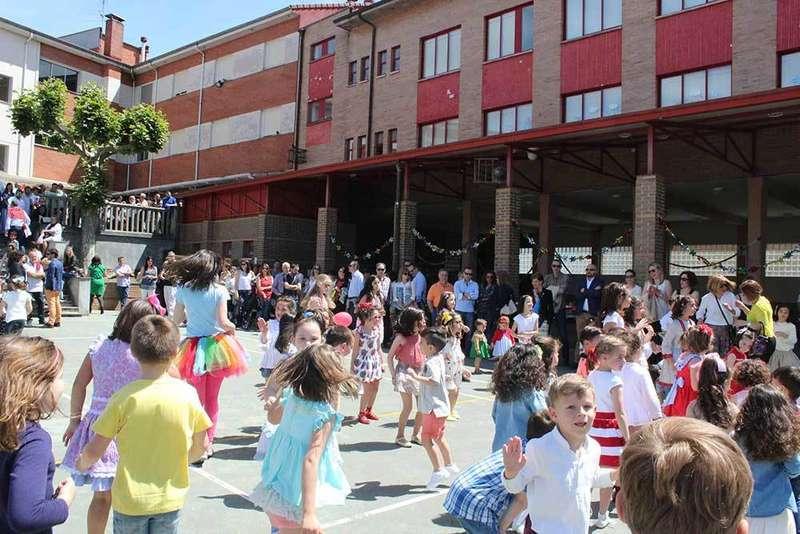 La comunidad escolar del Colegio de la monjas de Noreña celebra el Día de la Familia