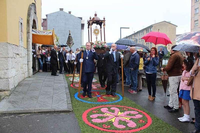 Lugones celebra el Corpus con una alfombra floral de 25 metros