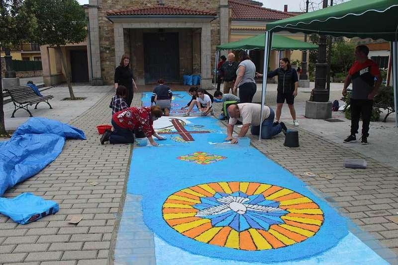La celebración del Corpus Christi en Lugo de Llanera volvió a contar con una alfombra de sal