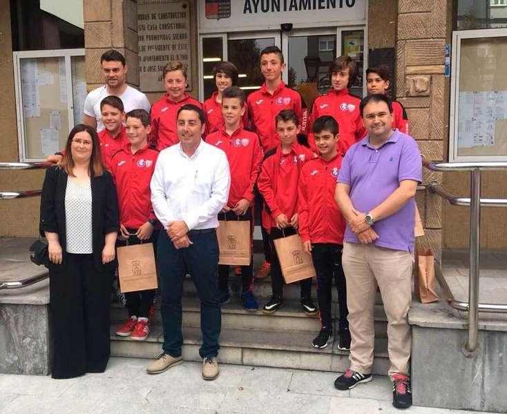 El equipo alevín del UD Llanera fue recibido en el Ayuntamiento