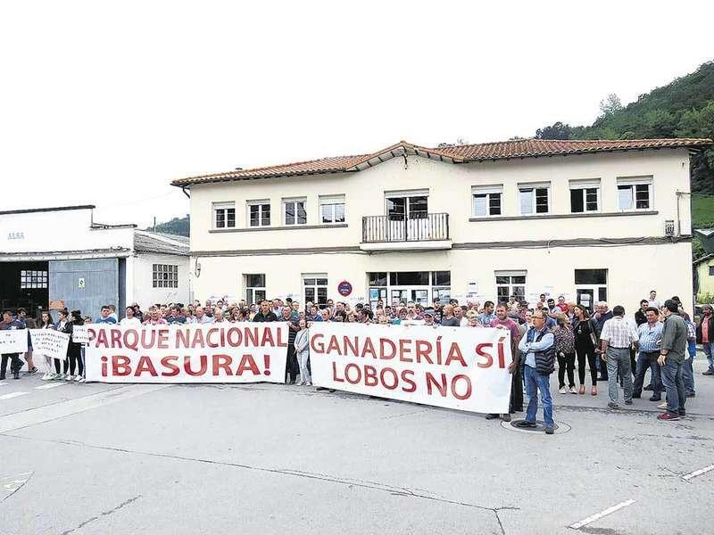 Una manifestación en Cangas de Onís pidió la dimisión del consejero de Medioambiente, Fernando Lastra