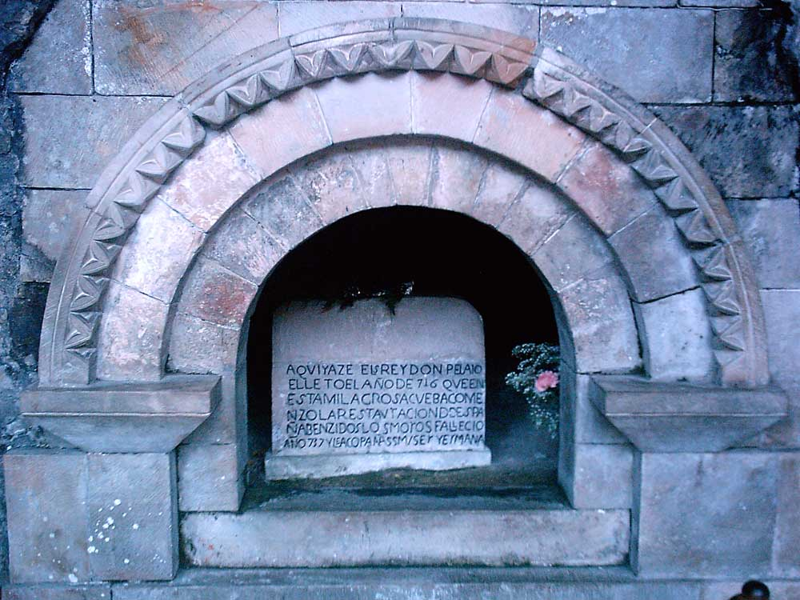 ¿Está Pelayo sepultado en Covadonga?