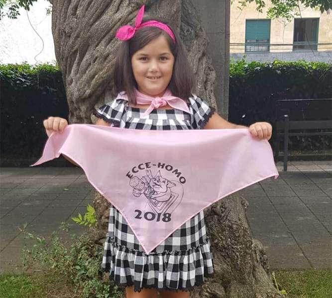 Carlota, reina infantil, presenta el pañuelo de la fiesta