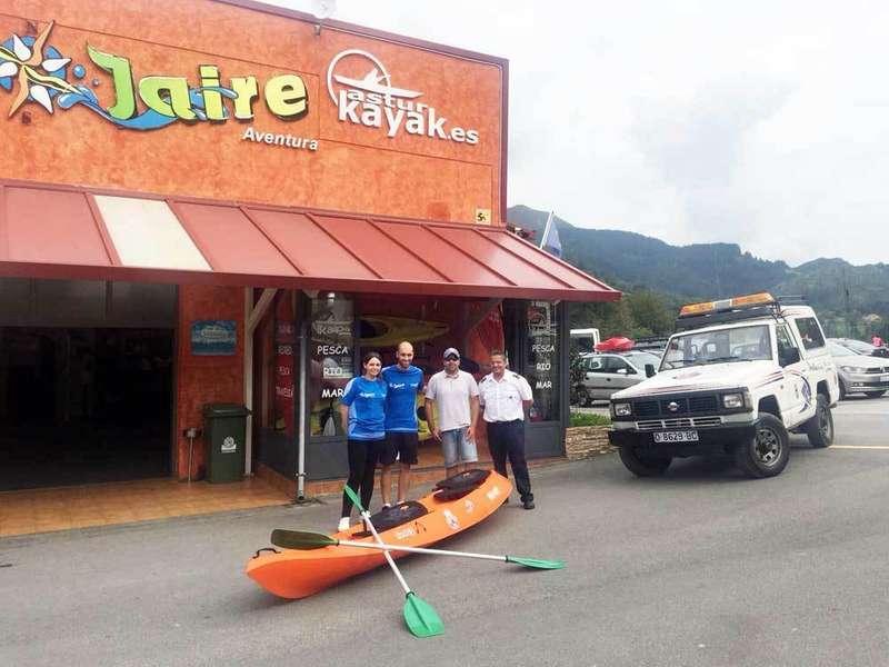 Jaire Aventura dona un kayak a la Agrupación de Protección Civil de Piloña