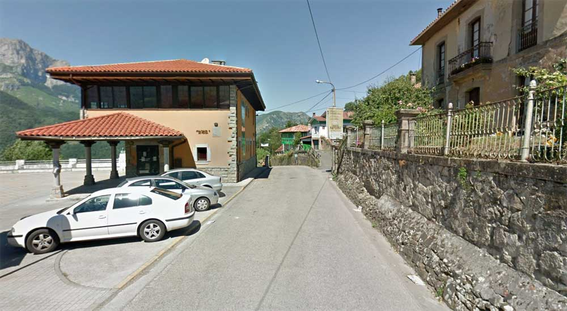 El Ayuntamiento de Ponga amaneció hoy con la puerta abierta