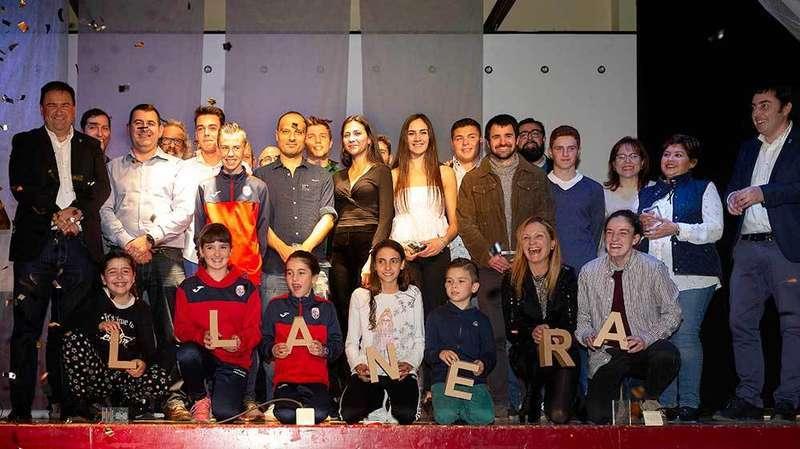 Foto de familia de la gala del deporte de Llanera